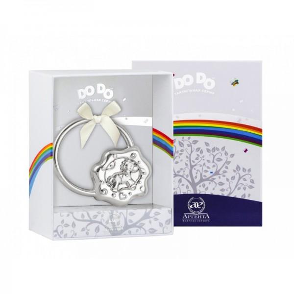 Eine ringförmige Baby Rassel aus 925er Silber in einem Pferdchen-Design in einer Geschenkverpackung.